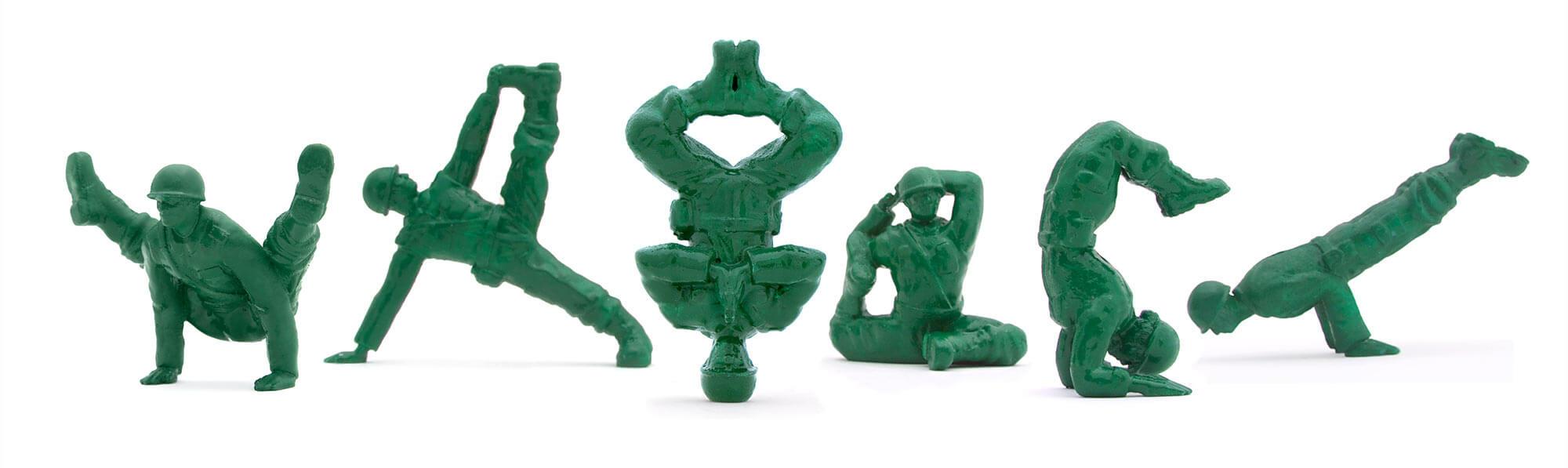 Soldaditos de juguete que cambiaron las armas por yoga