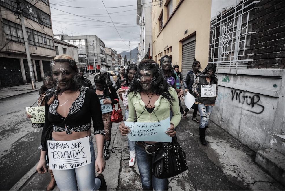 Desplazarse por ser transgénero: las chicas se toman la Zona T de Bogotá