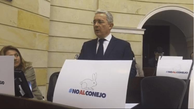 Hablamos con el abogado que quiere sacar a Uribe del Congreso