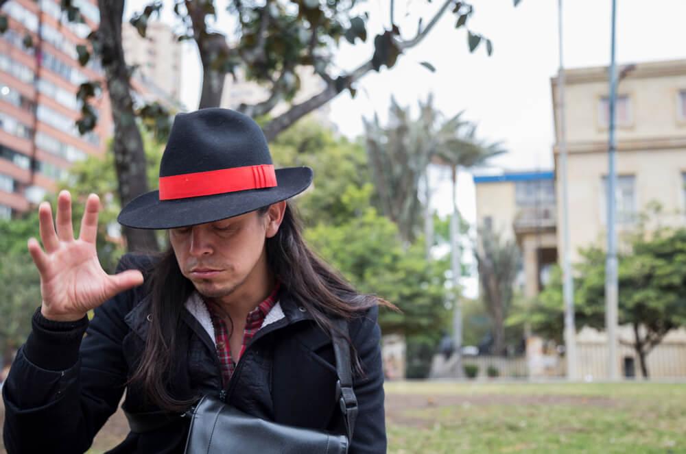 El poeta que educa para la paz en los buses bogotanos