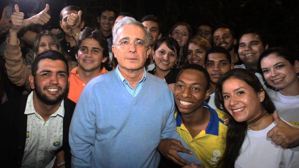 Así piensan los jóvenes que 'votan por el que diga Uribe'