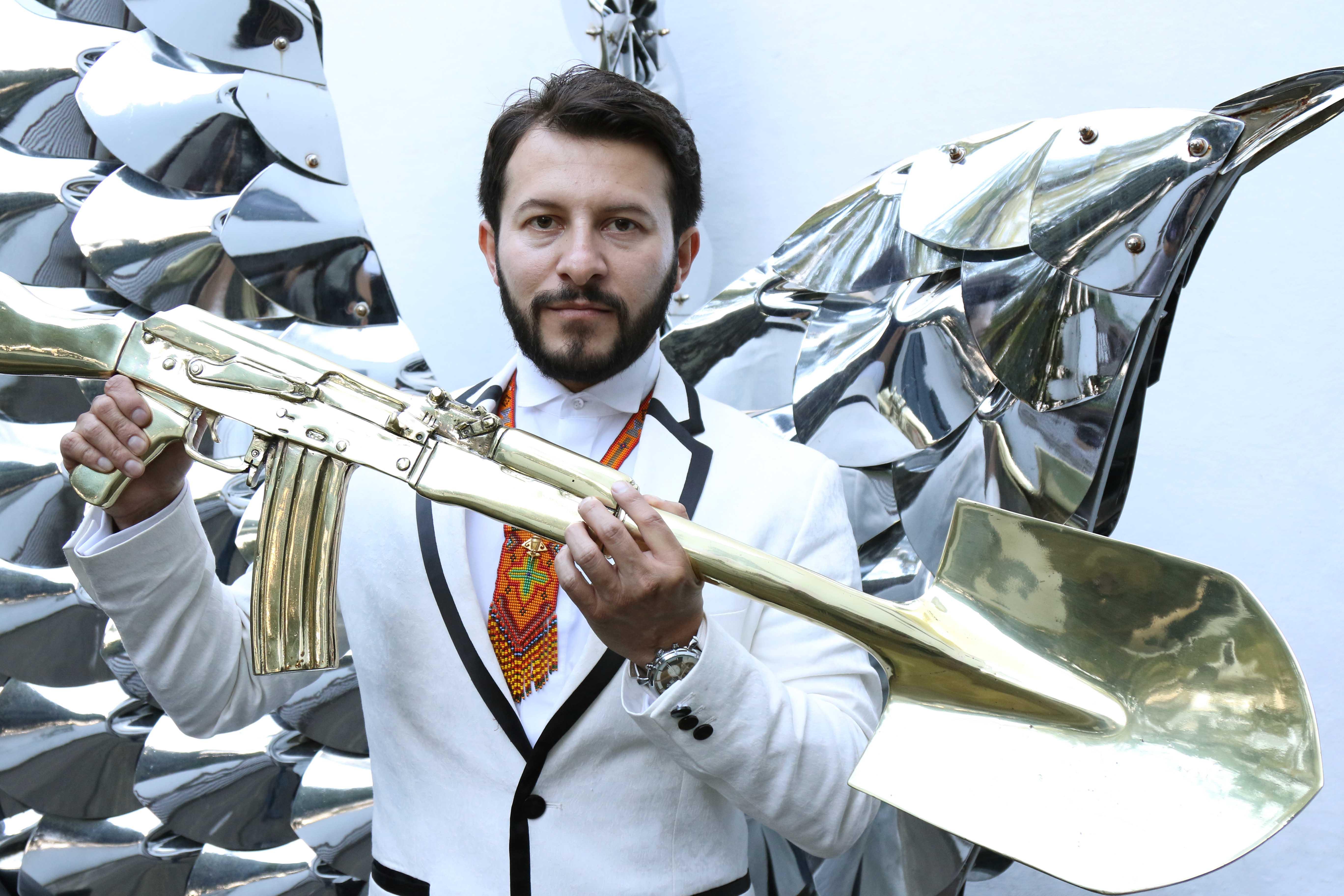 El artista que convierte fusiles en palas para 'cultivar la paz'
