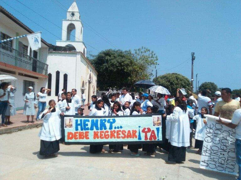 El pasado 7 de febrero, los habitantes de La Gabarra marcharon por las calles del corregimiento para clamar por el regreso de Henry Pérez. Foto: Mapp-OEA