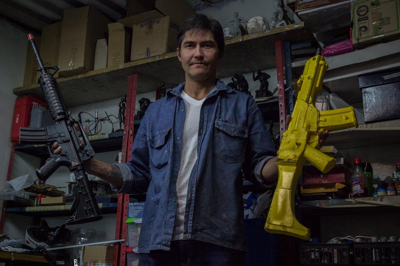 Una visita al taller de pistolas de 'Narcos'