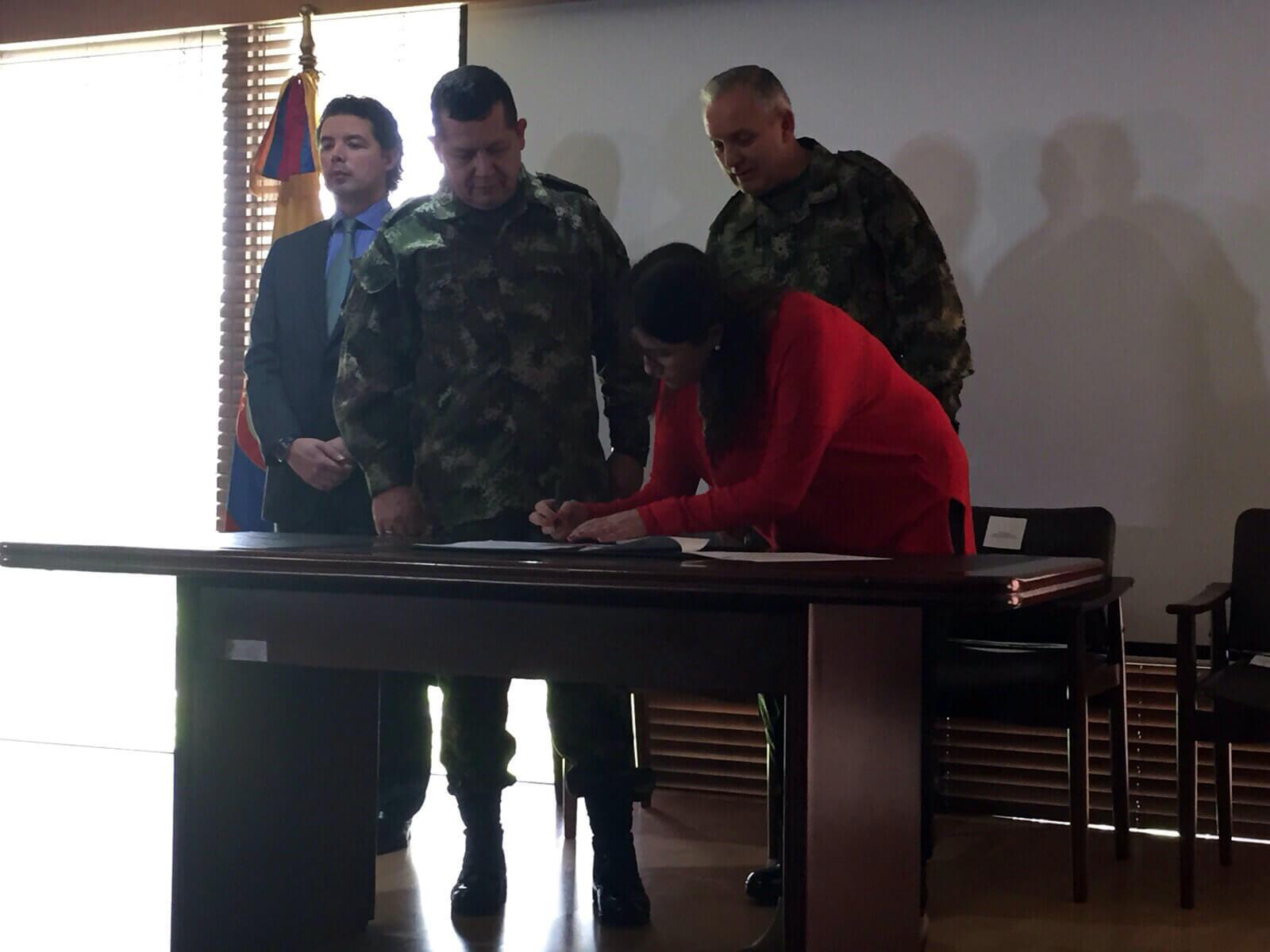 El viceministro de Defensa, el jefe de Reclutamiento, el comandante del Ejército y la subdirectora de la Unidad de Víctimas firman el protocolo. Foto: Ejército.