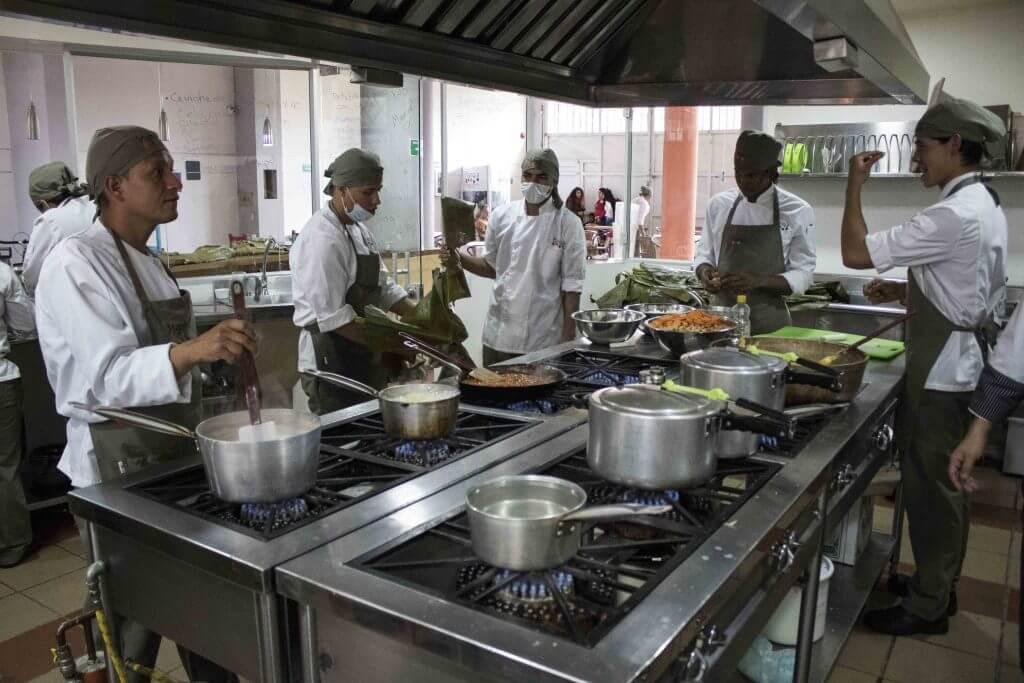 La escuela que pone a cocinar juntos a víctimas y desmovilizados