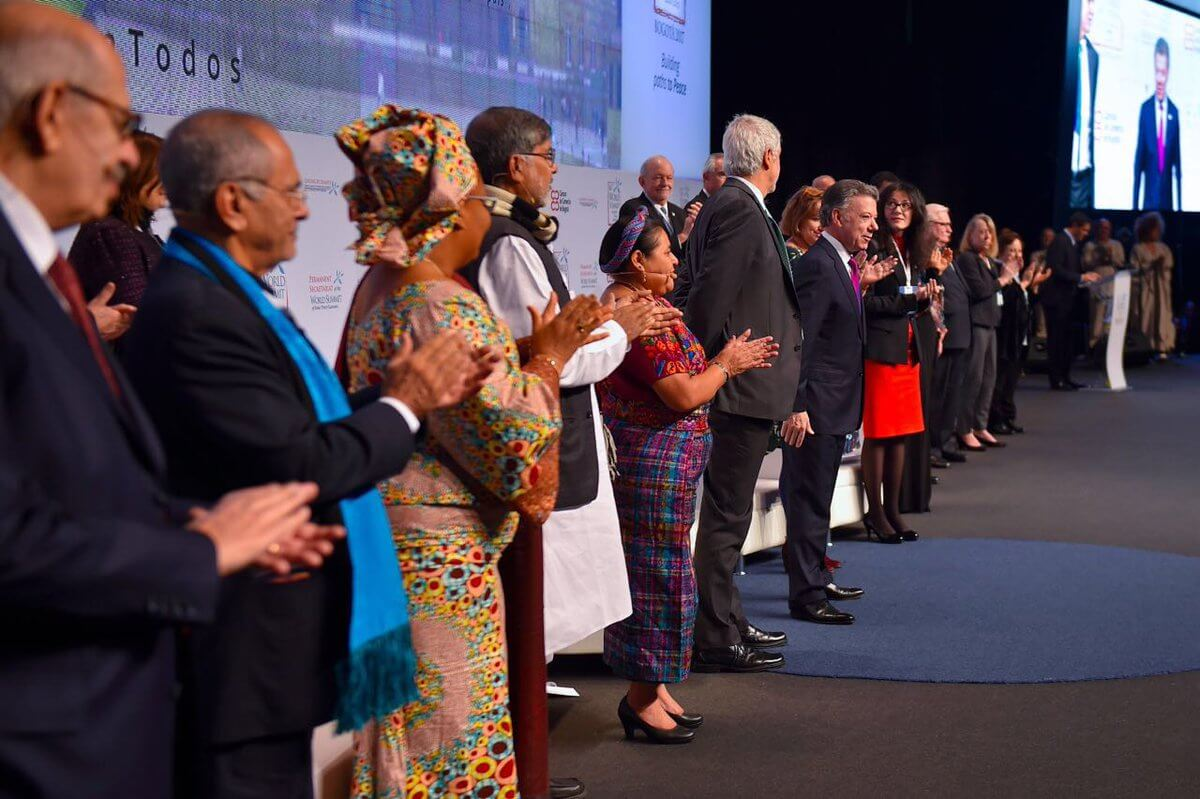 Los nóbeles de paz se despachan contra Donald Trump en Bogotá