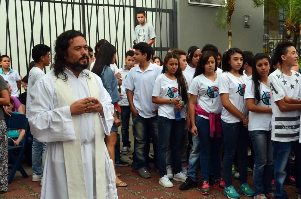 El cura que escuchan en el bajo mundo de Medellín