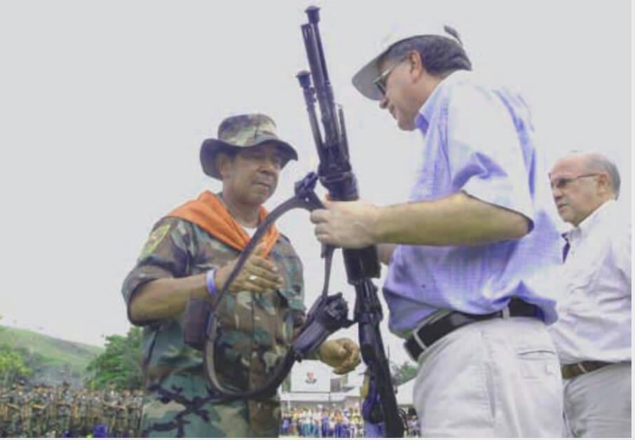 El fin del conflicto con las Farc vs. el desarme de los 'paras' de las AUC