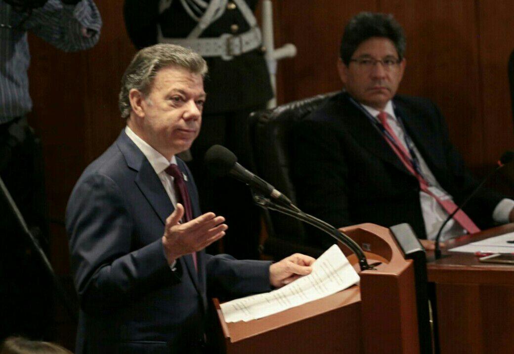 """""""Entregarle la paz al pueblo"""": el argumento de Santos para defender el plebiscito"""