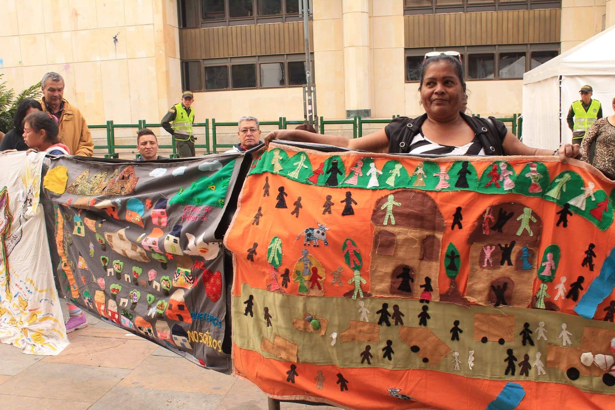 """Estos son los """"tejedores"""" que rodearon el Palacio de Justicia para recordar a las víctimas"""