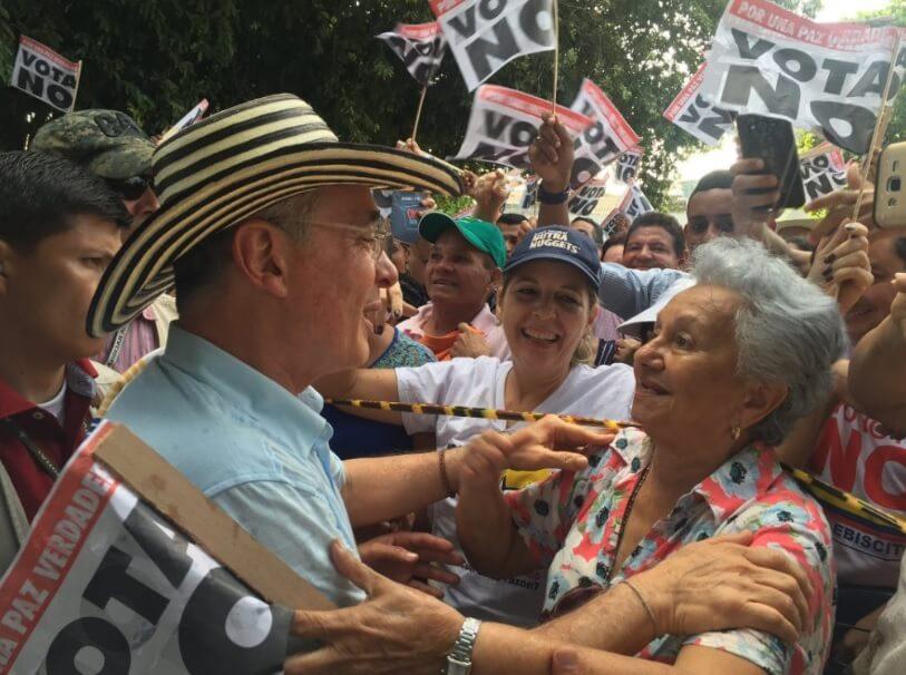 """El evento del uribismo en el que supuestos promotores del """"SÍ"""" se armaron con piedras"""