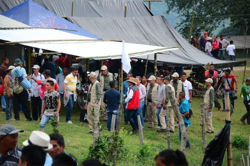 Guerrilleros y policías llegaron juntos a la Vigilia por la Paz de Miranda, Cauca