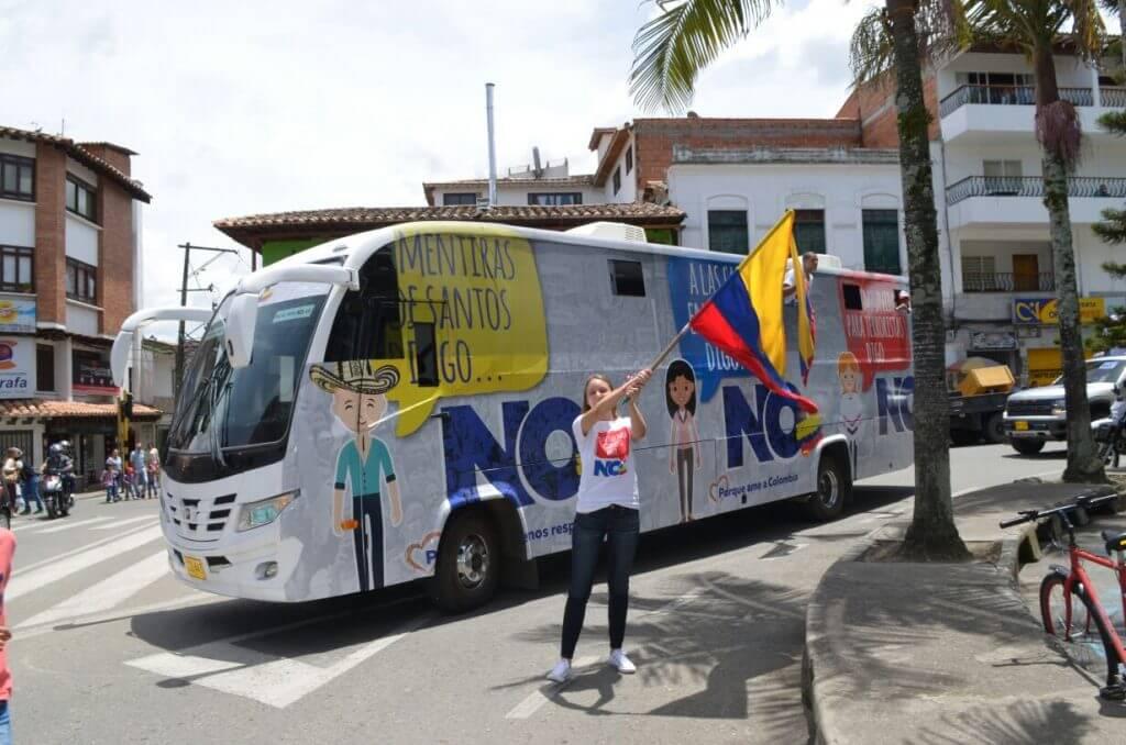 Nos montamos en el bus de la campaña del No en Antioquia y esto fue lo que encontramos…