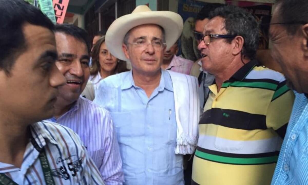 Una petición en Internet busca que Uribe no sea condecorado en España