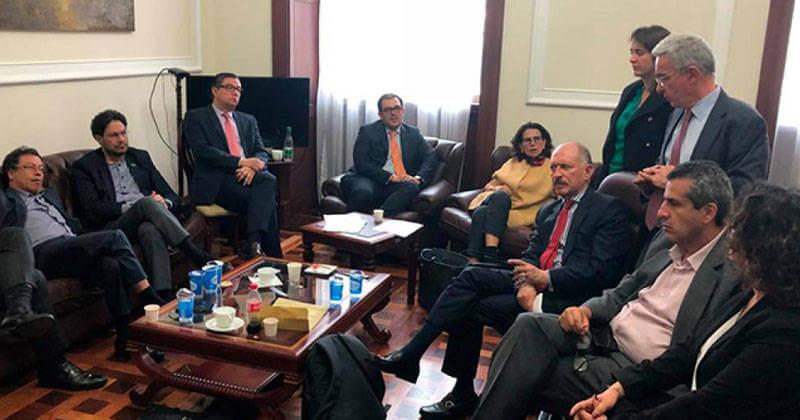 Este es el pacto al que llegaron Uribe, Petro y otros partidos para 'reformar' la JEP