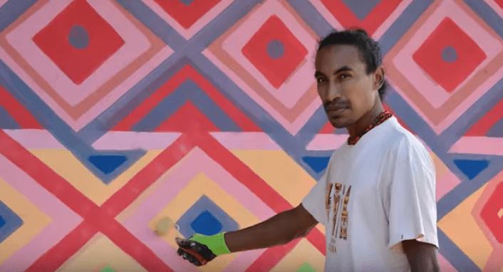Hablamos con el artista que pinta murales de paz desde los días de la guerra