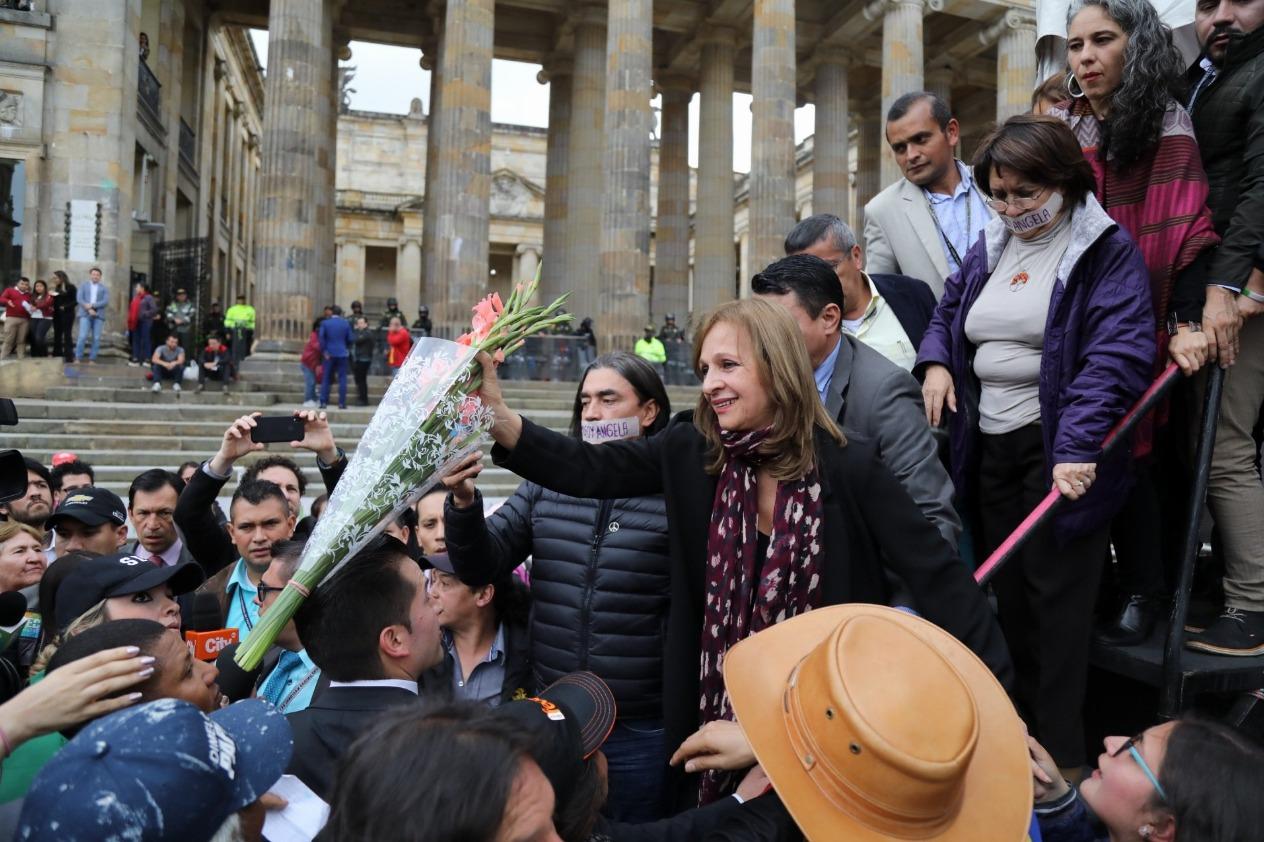 'Quieren arrasarnos, a los guerreros no les basta si no lo tienen todo': Ángela María Robledo
