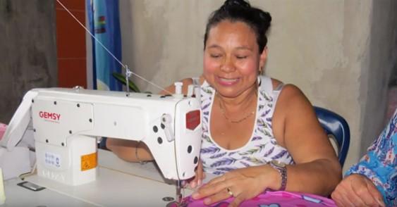 Con colchas, mujeres de Florencia trabajan para prevenir la violencia de género