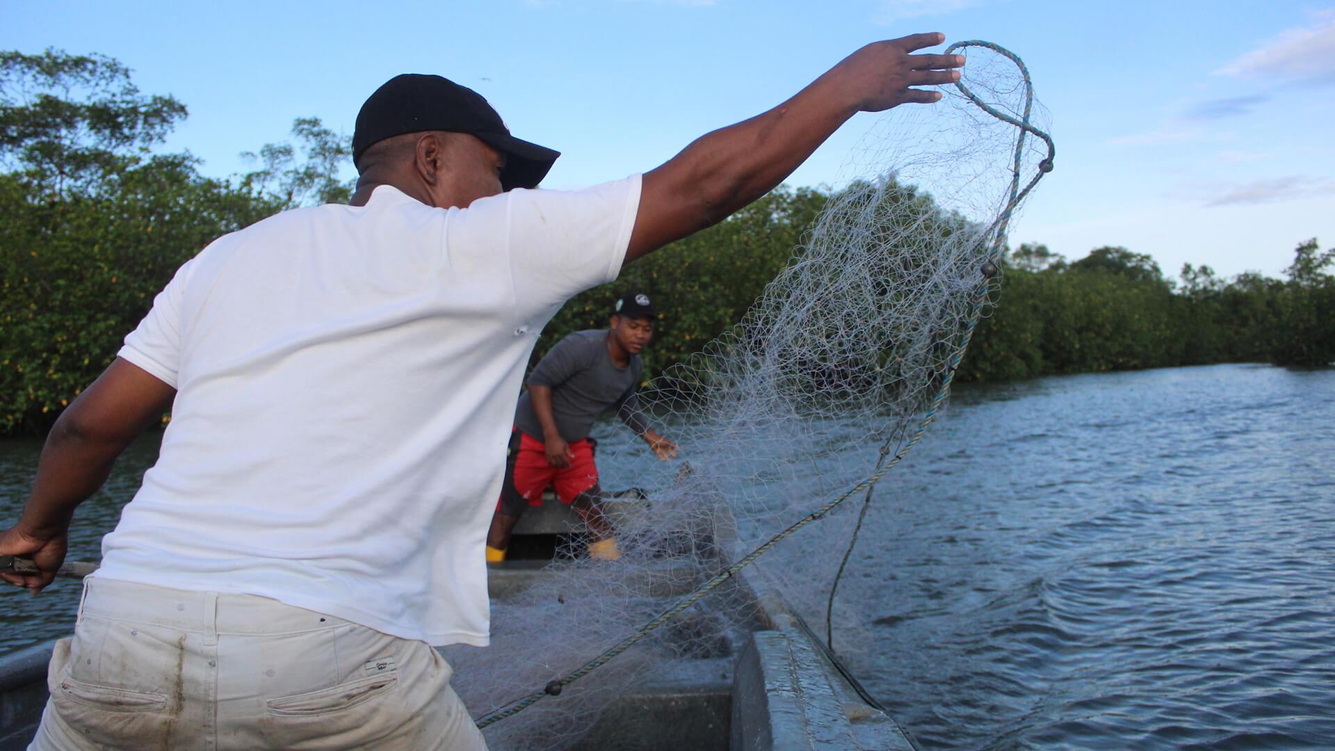 Pescar mucho y ganar poco: el círculo vicioso de la pobreza en el Pacífico colombiano