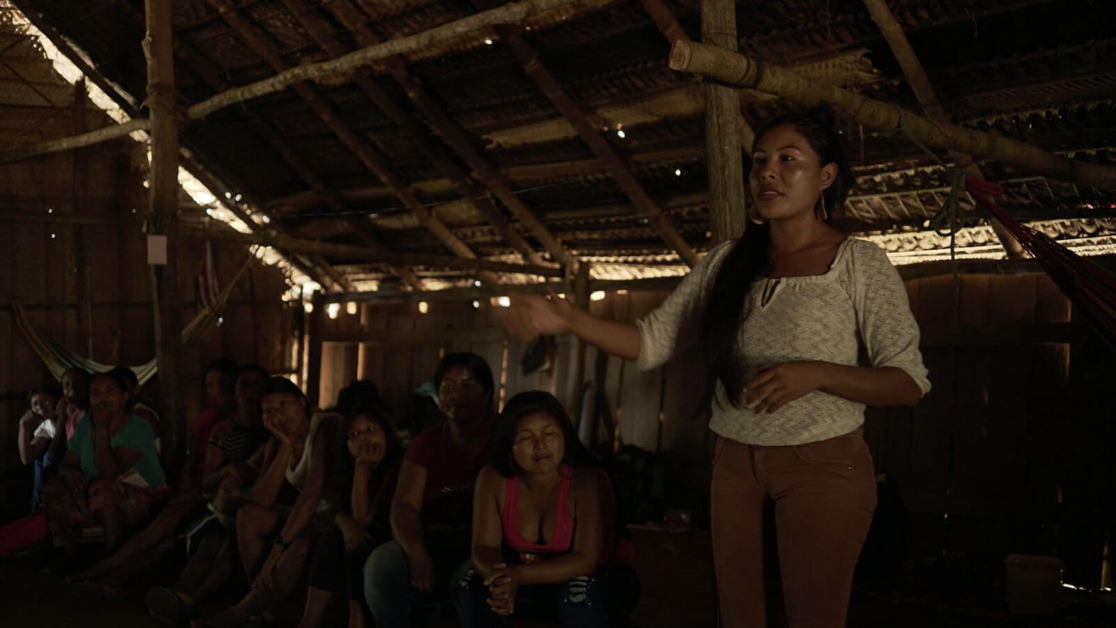 Fundacion Gaia Amazonas_Mujer en taller 2 _ Canela Reyes