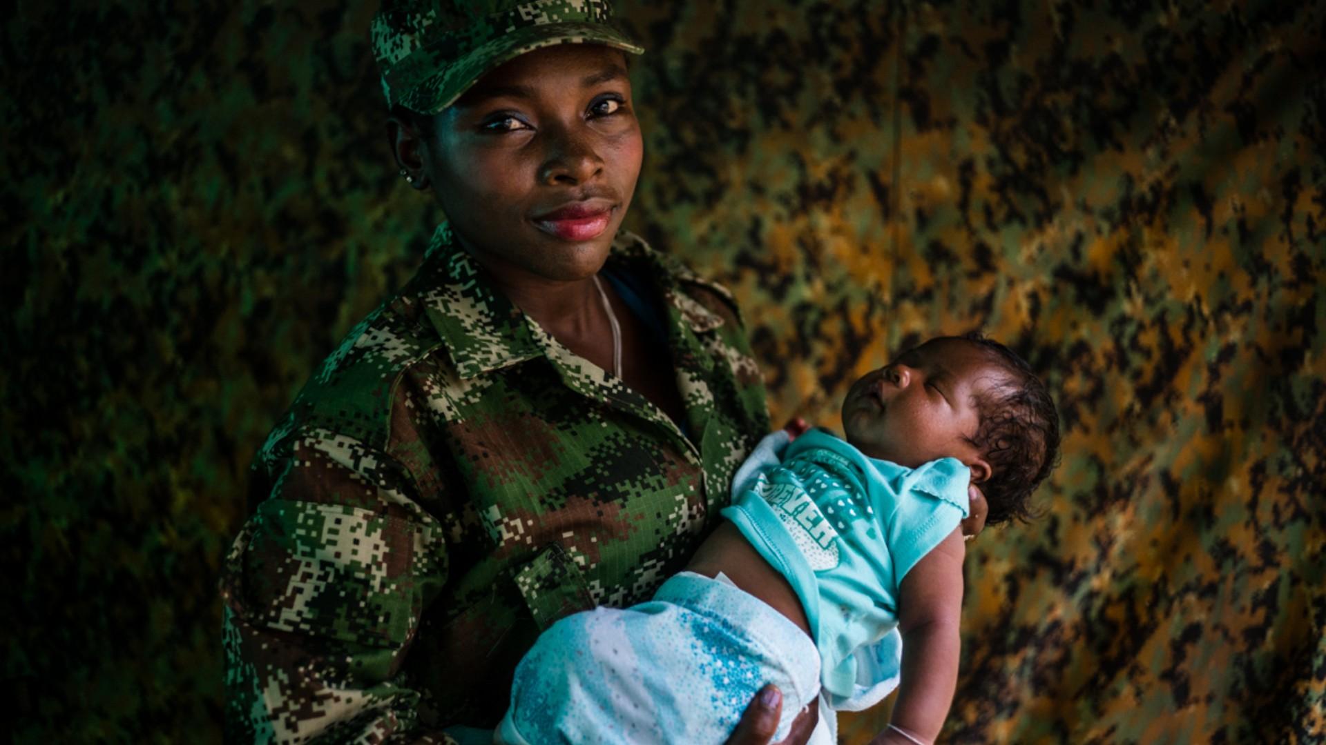 Diez años fotografiando a las Farc: el libro de Federico Ríos que captura la esencia humana de la guerra y la paz