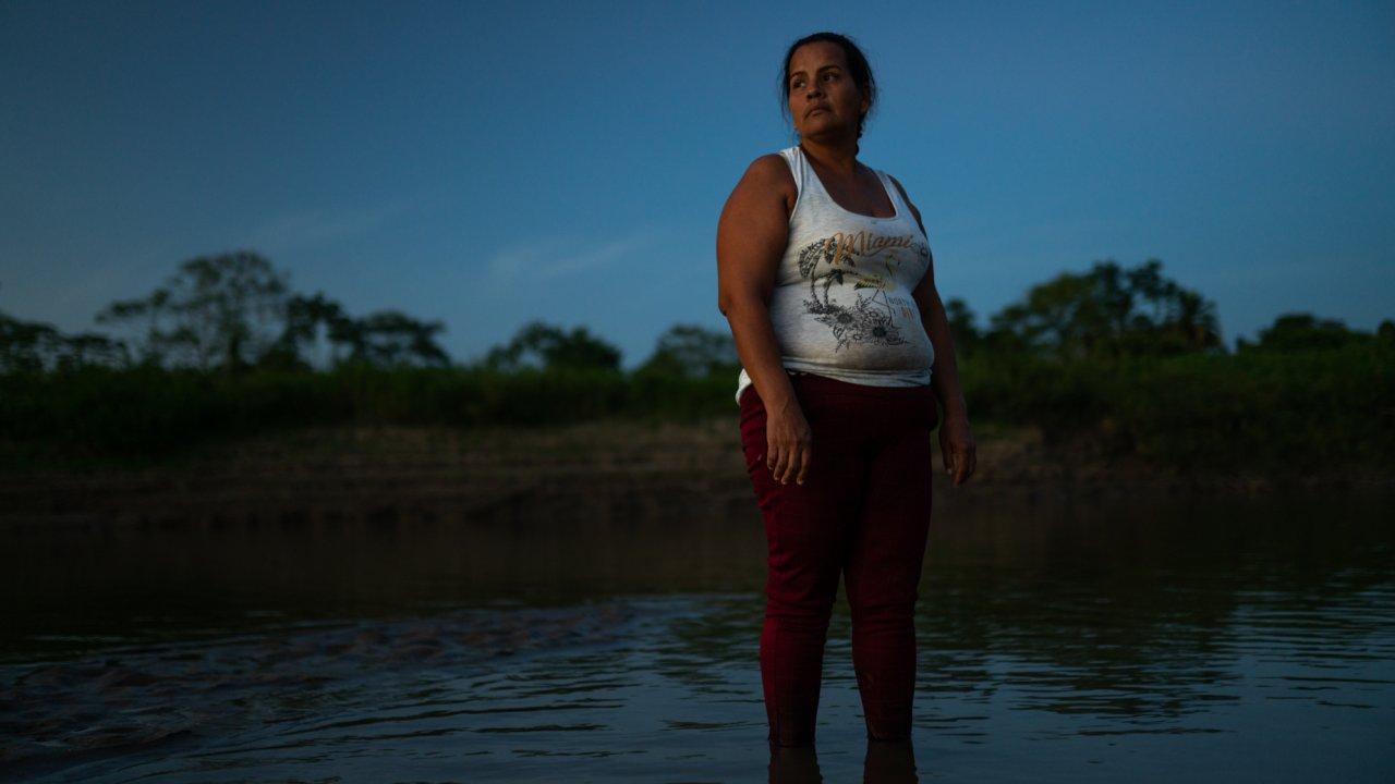 Gloria Herrera vive en la vereda Nueva Colombia y tiene 40 años de edad, integrantes del ejército mataron a 20 de sus vacas, sólo por estar en zona de parque natural, estas familias llevan más de 20 años en este territorio. Fotografía por Andrés Cardona.